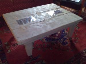 Tavolino basso (legno vecchio, alluminio, acrilici)