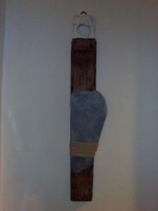 Pensiero verticale (legno antico, ardesia antica, spago, acrilici)