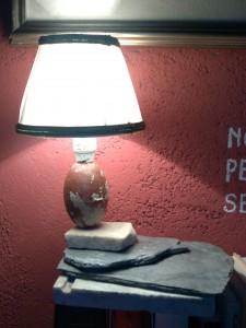 Luce sulla rete (marmo, quarzo, ardesia, galleggiante di sughero, paralume, acrilici)